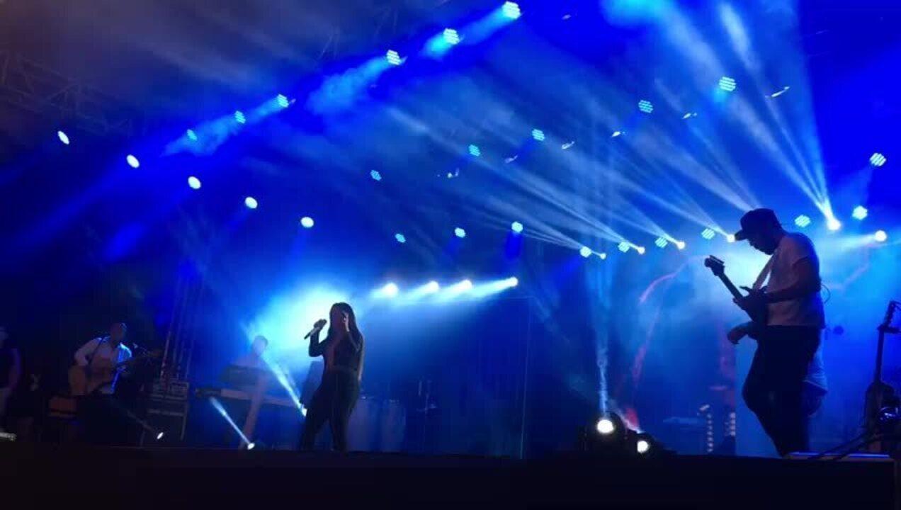 Simone canta 'Regime Fechado' no show em Votorantim