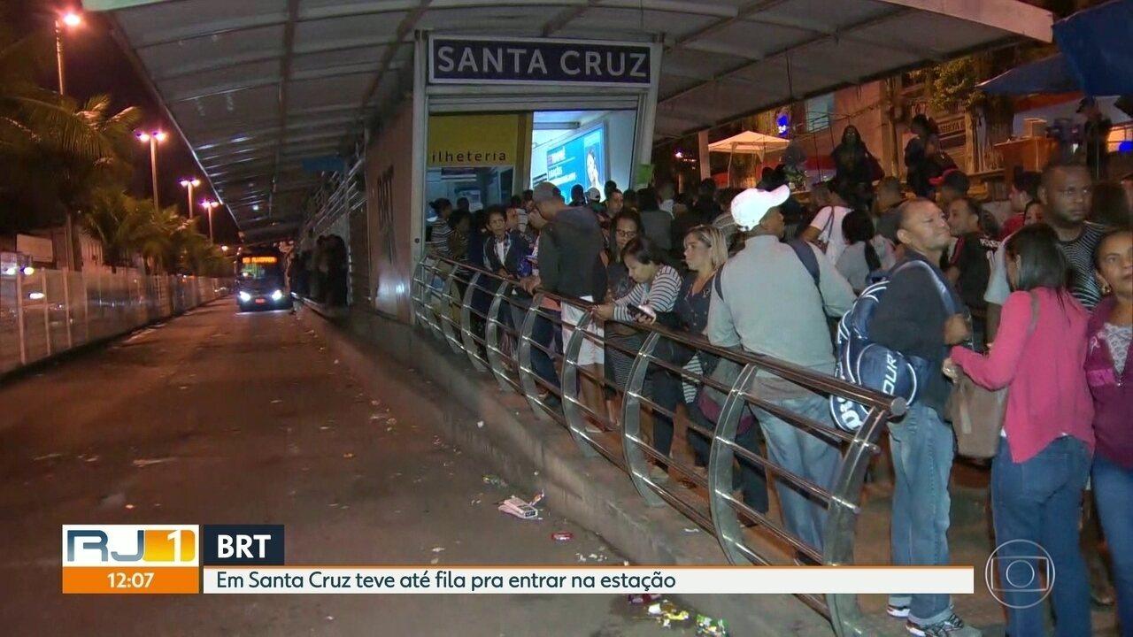 Com greve, passageiros do BRT enfrentam filas até pra entrar na estação, em Santa Cruz