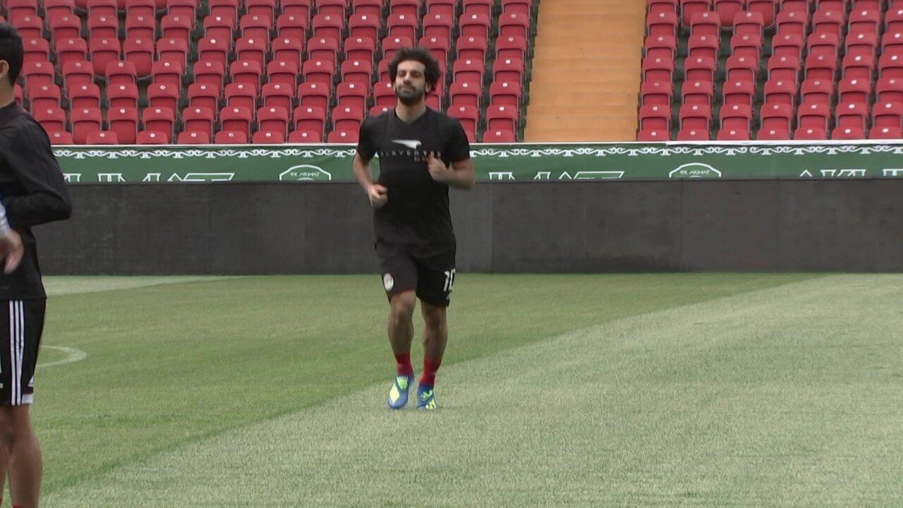 Salah corre no gramado em treino do Egito