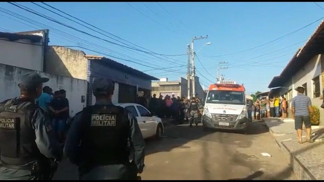 Momento em que um dos reféns é libertado e colocado em uma ambulância