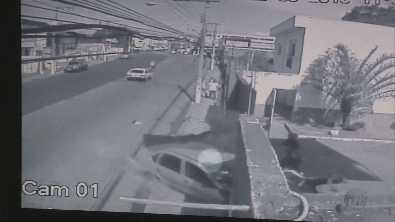 Carro atropela grupo e deixa cinco feridos no bairro São Geraldo, em Pouso Alegre (MG)