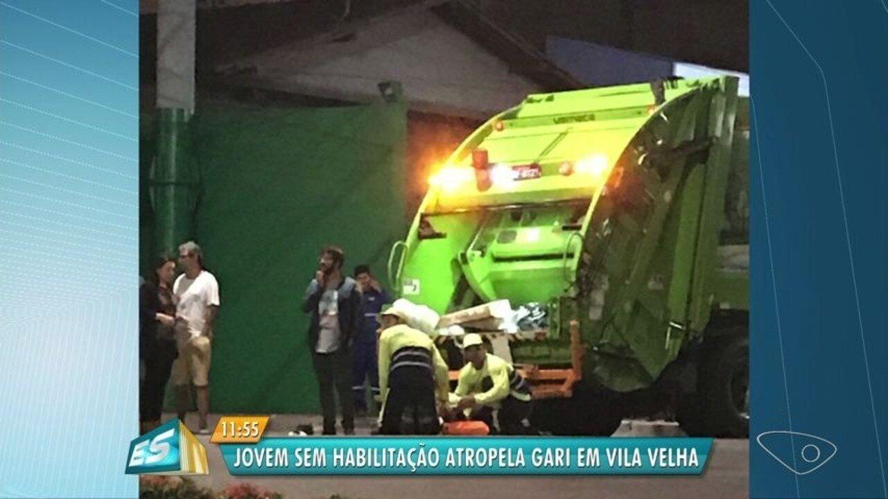 Gari fratura as duas pernas após carro acertar traseira de caminhão de lixo, em Vila Velha