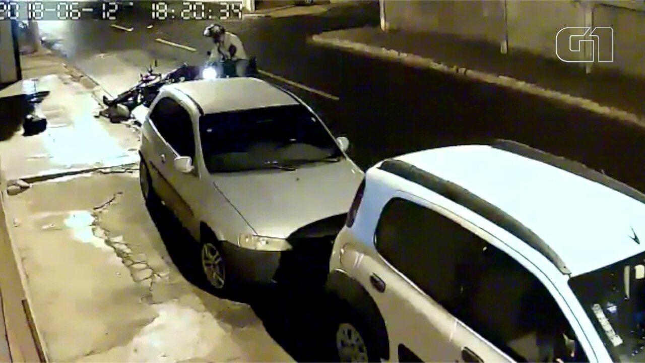 Câmeras de segurança flagram jovem sendo baleado após reagir a assalto em Campo Grande