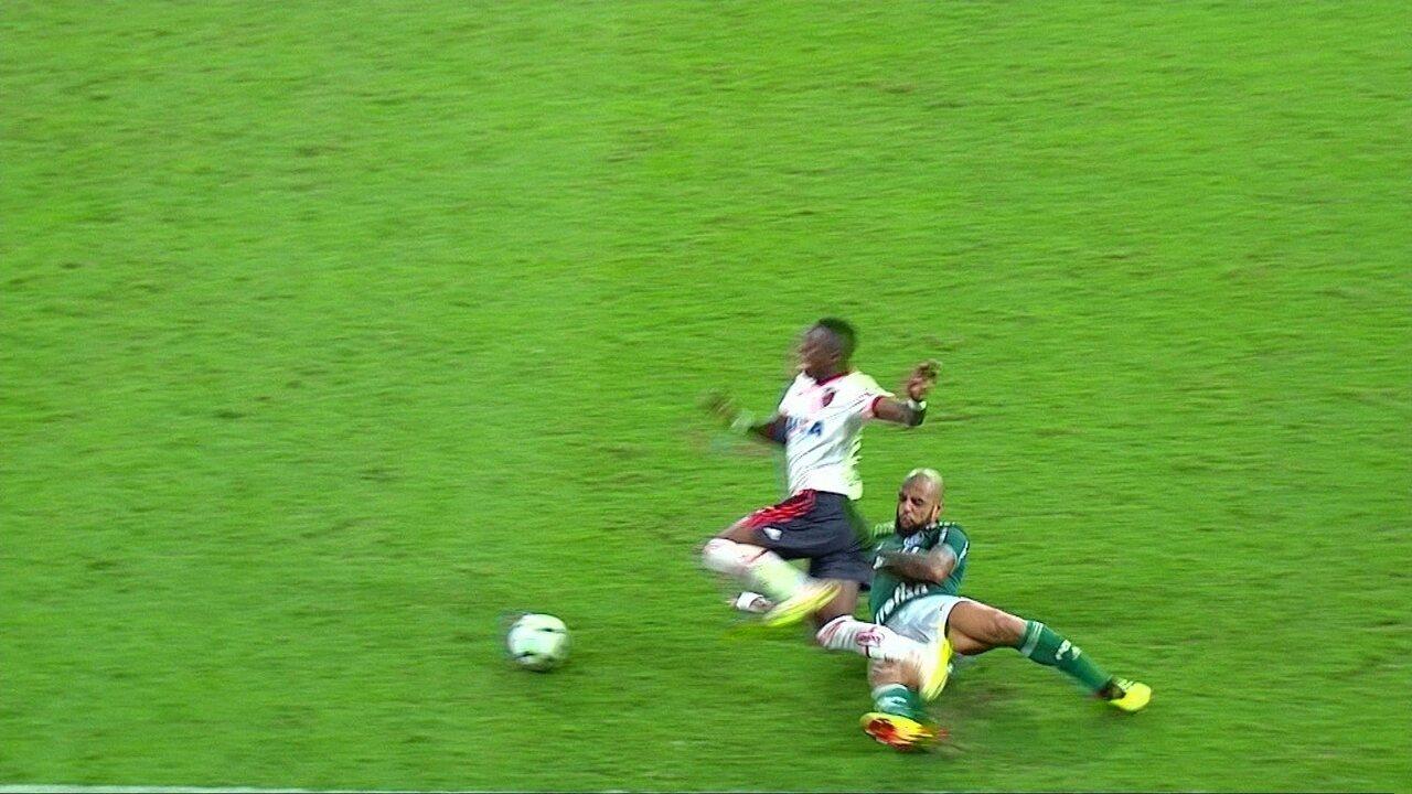 Felipe Melo acerta tornozelo de Vinicius Junior e leva amarelo aos 12 do 2º tempo