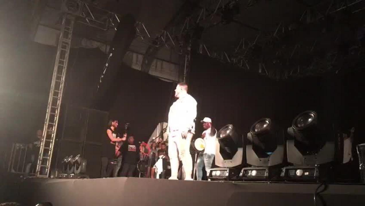 Ferrugem canta 'Climatizar' com o público na Festa Junina de Votorantim