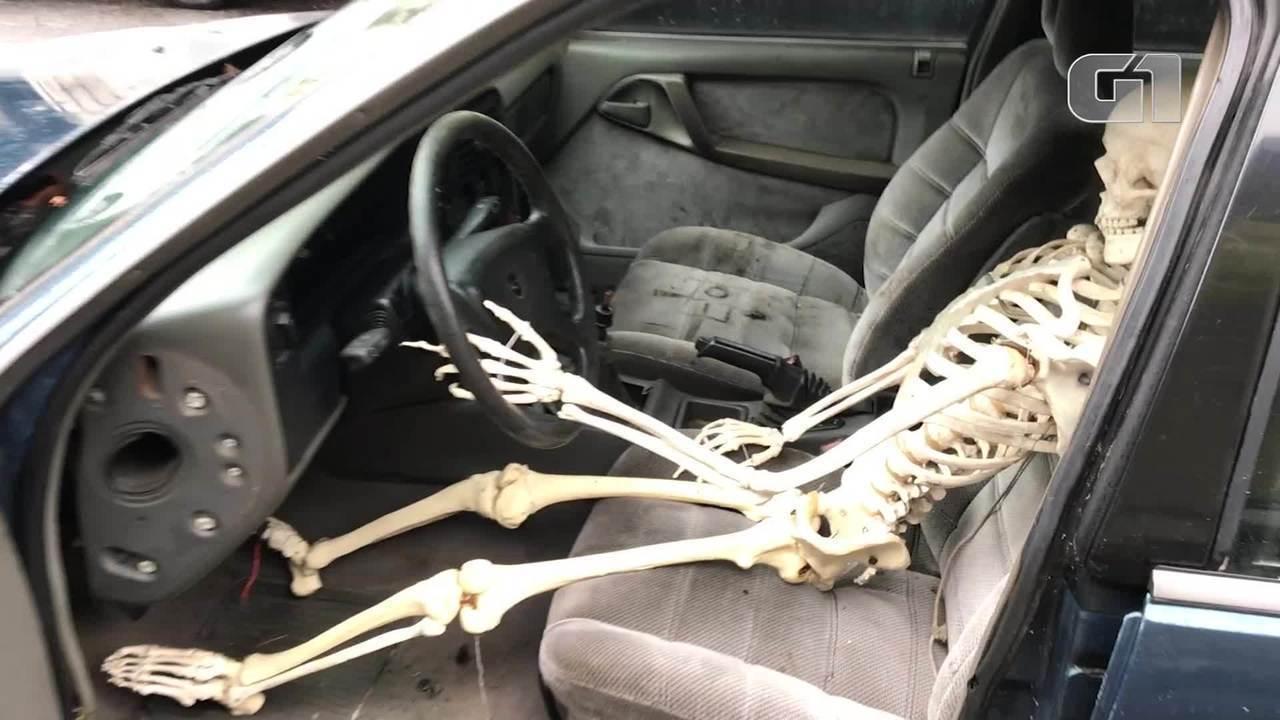 Homem coloca esqueleto no banco de motorista de carro como forma de protesto
