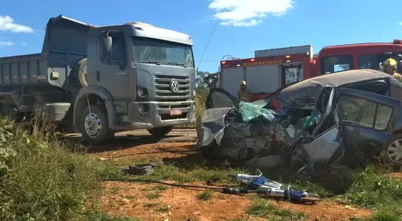 Carro envolvido em acidente ficou destruído após colisão