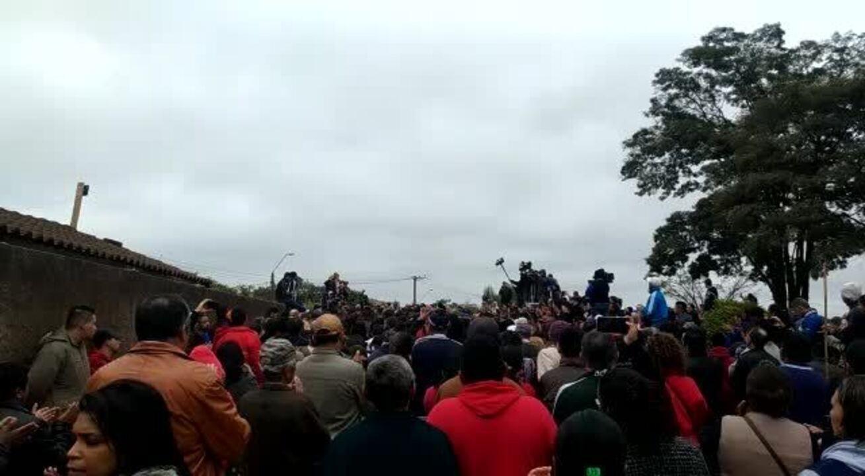 Moradores homenageiam Vitória Gabrielly com aplausos durante o enterro em Araçariguama (Vídeo: Matheus Fazolin/G1)