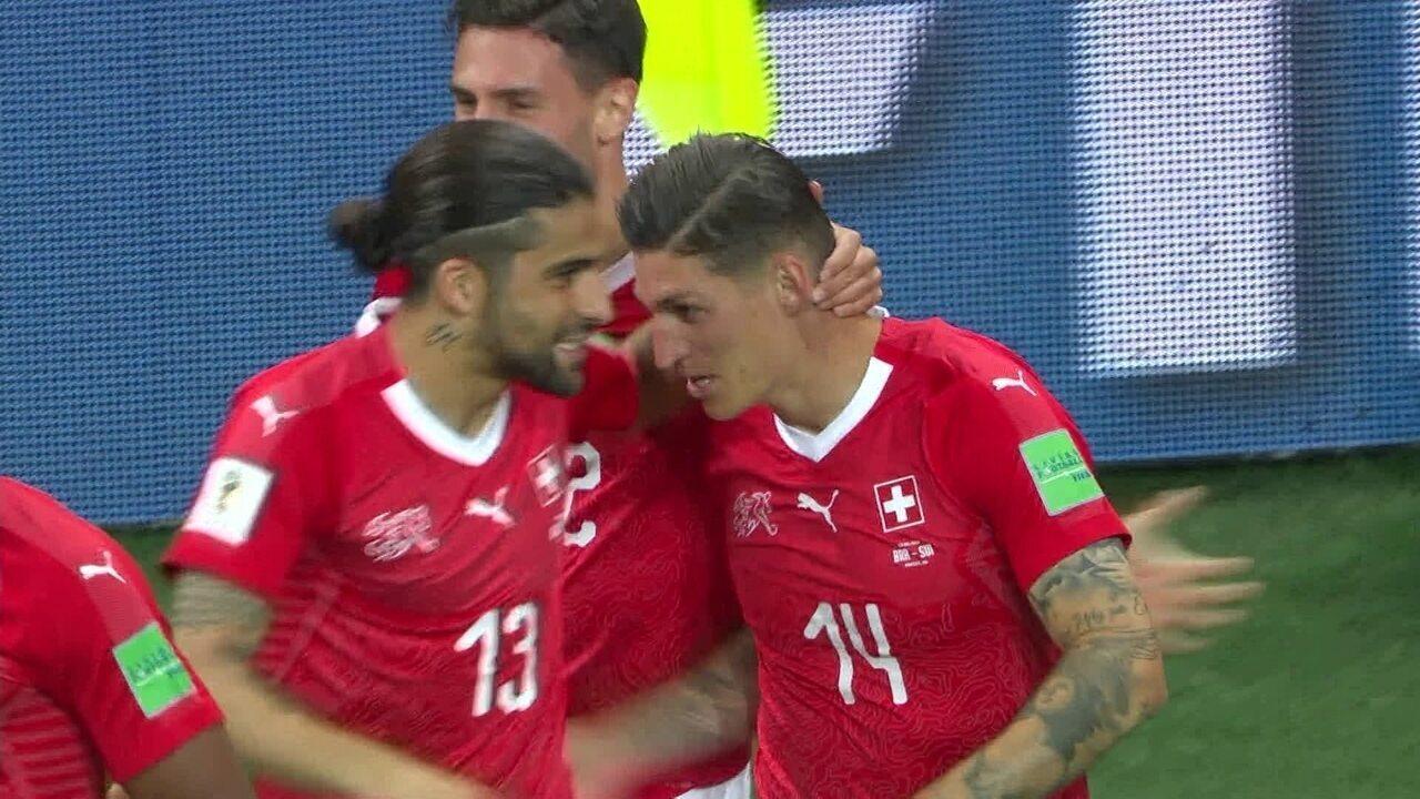 Miranda é empurrado no gol da Suíça, mas árbitro não confere o lance em vídeo