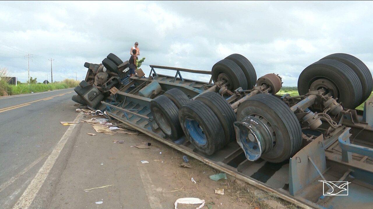 Resultado de imagem para Após carreta tombar em rodovia no Maranhão, moradores roubam toda a carga