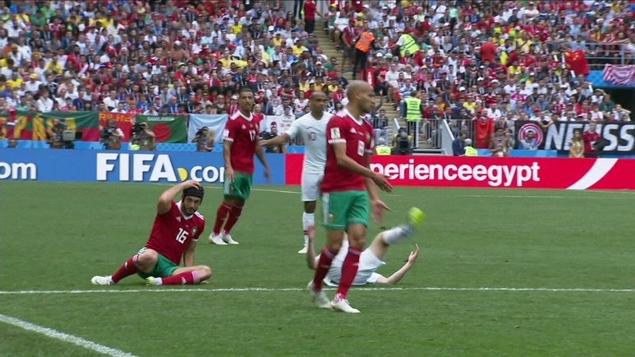 Amrabat arranca proteção de cabeça depois de cometer falta aos 15 do 1º tempo