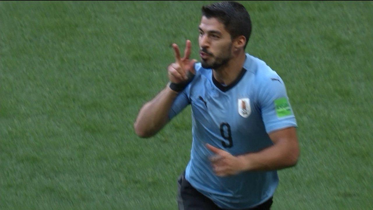 Gol do Uruguai! Sánchez levanta na área e Suárez desvia para o gol, aos 22 do 1º