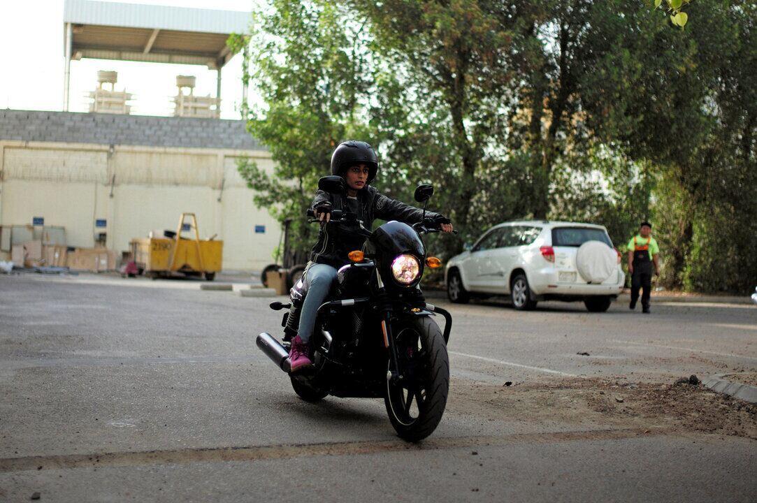Mulheres aprendem a andar de moto na Arábia Saudita após fim da proibição