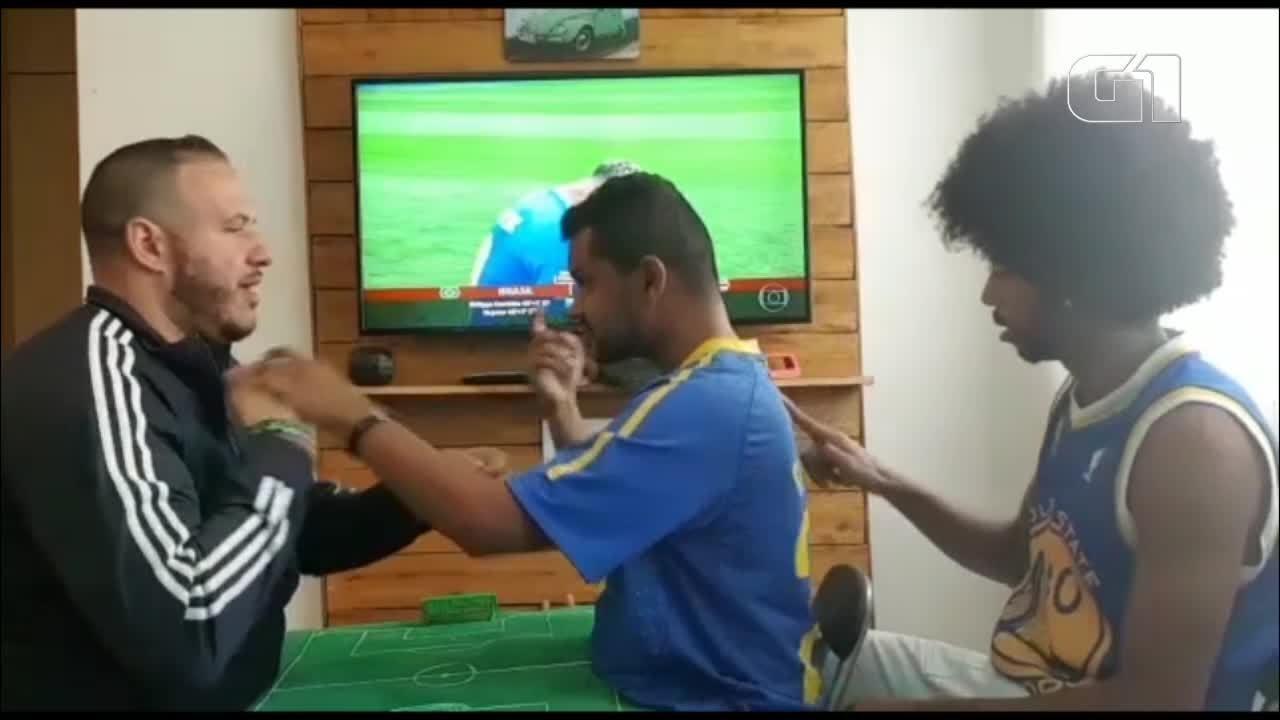 Guias-intérpretes comunicam jogo do Brasil para surdo-cego