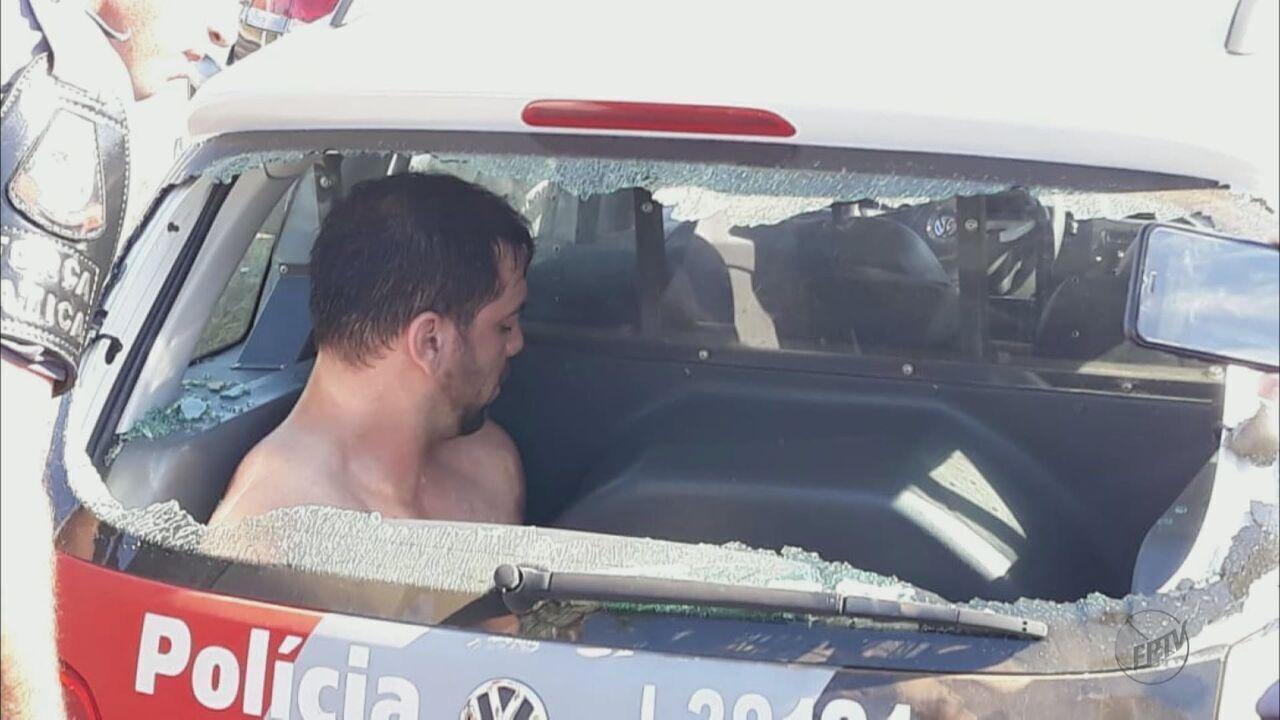 Motorista surta, agride idoso, quebra porta de loja e danifica viatura em São Carlos