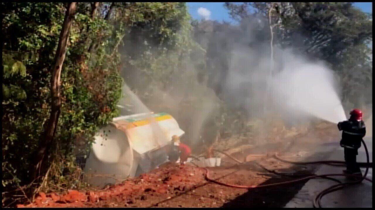 Carreta carregada com etanol tomba na BR-262 em Bom Despacho