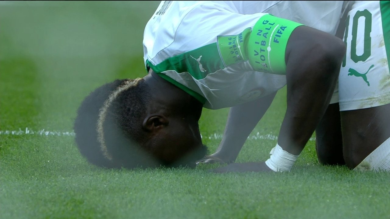Gol do Senegal! Mané pega sobra na área e abre o placar com 10' do 1ºtempo