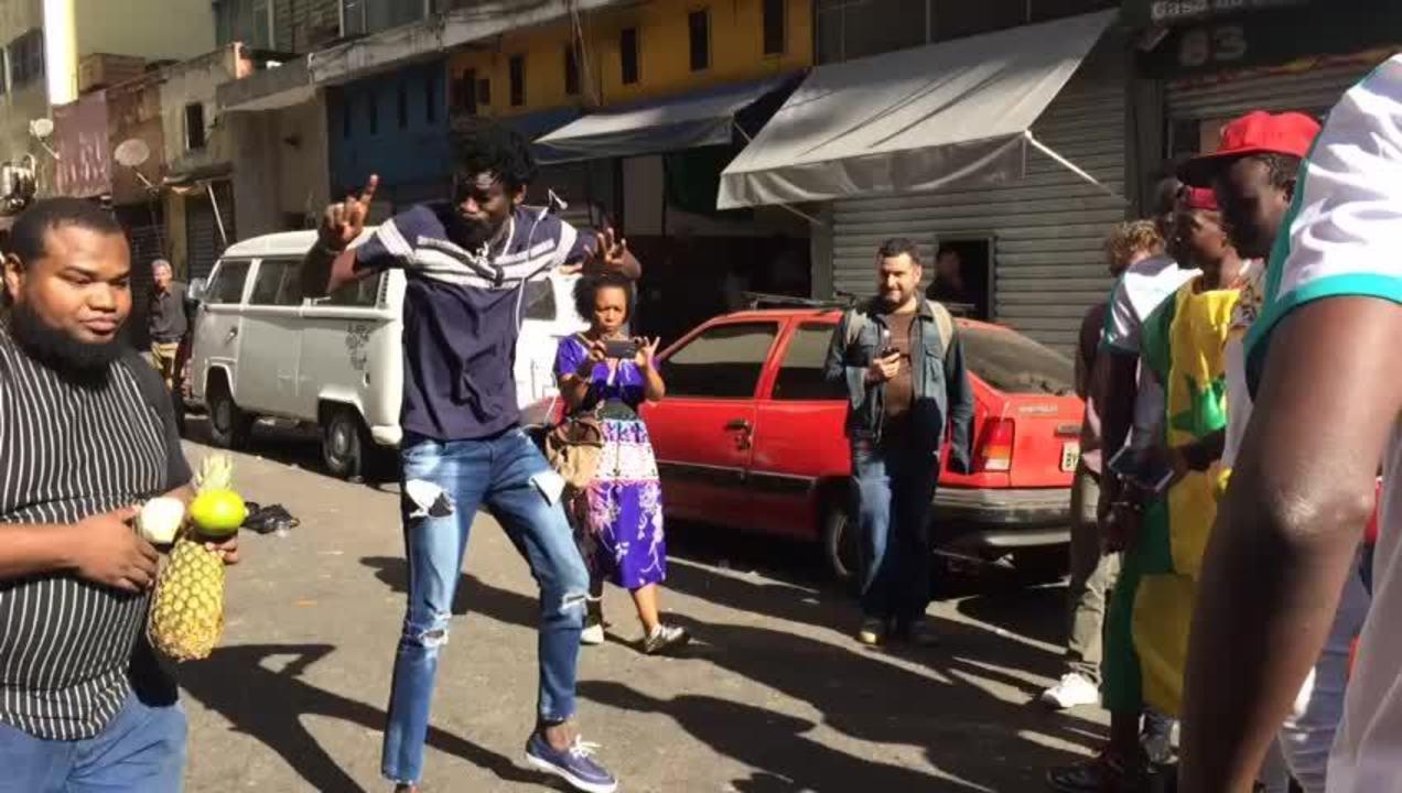 Senegaleses comemoram empate contra o Japão fechando rua no centro de São Paulo