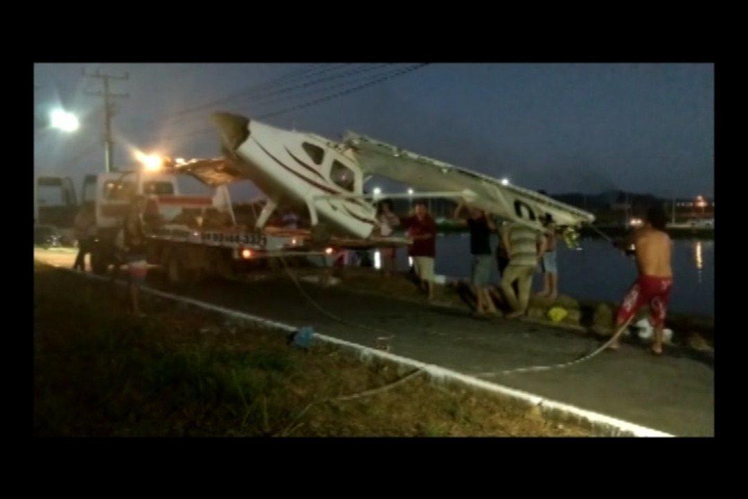 Dono de aeronave manda retirar do fundo do lago avião que caiu quando ele pilotava