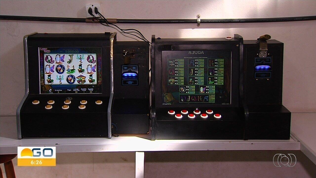 PM apreende dez máquinas caça-níqueis em bar de Goiânia