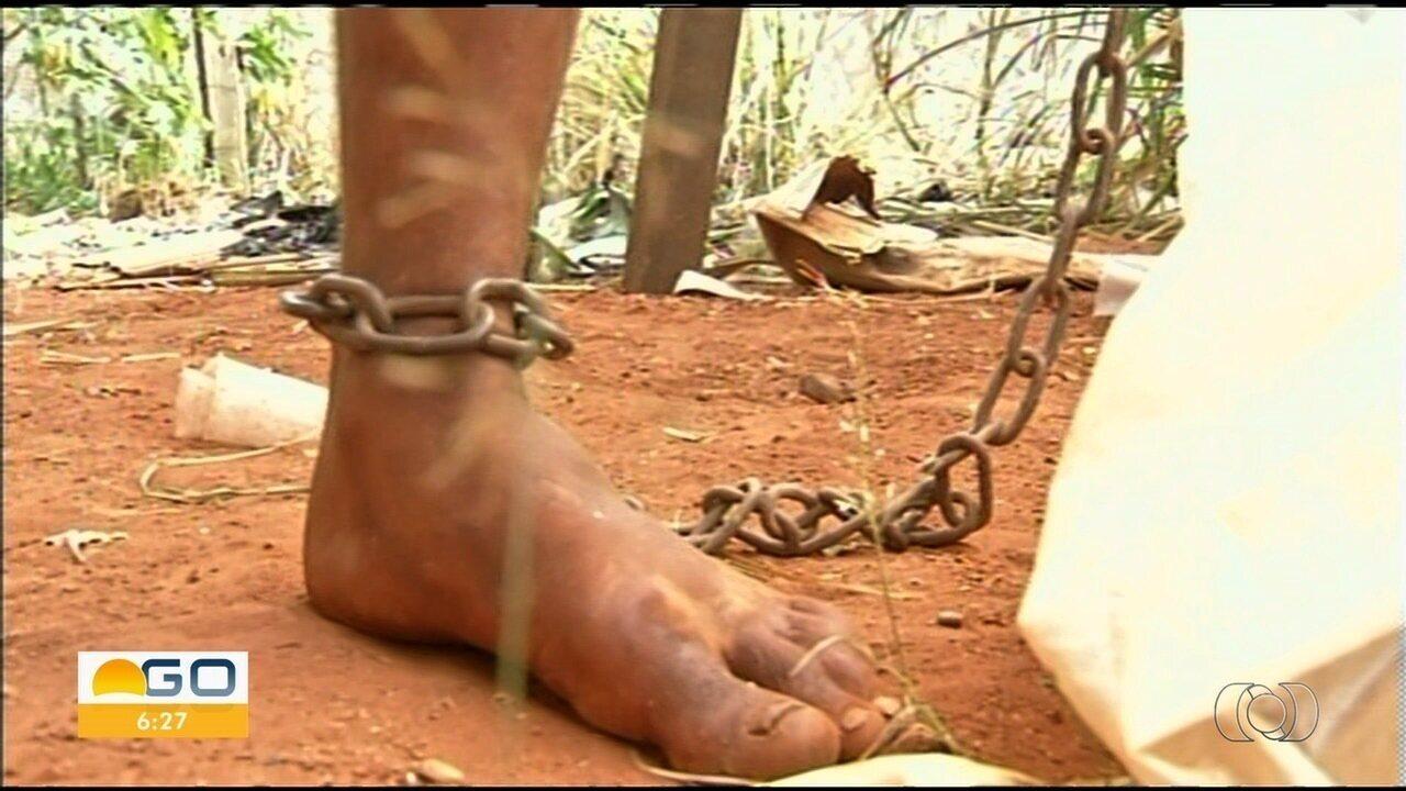 Jovem que estava acorrentado a árvore é levado para se tratar em hospital psiquiátrico