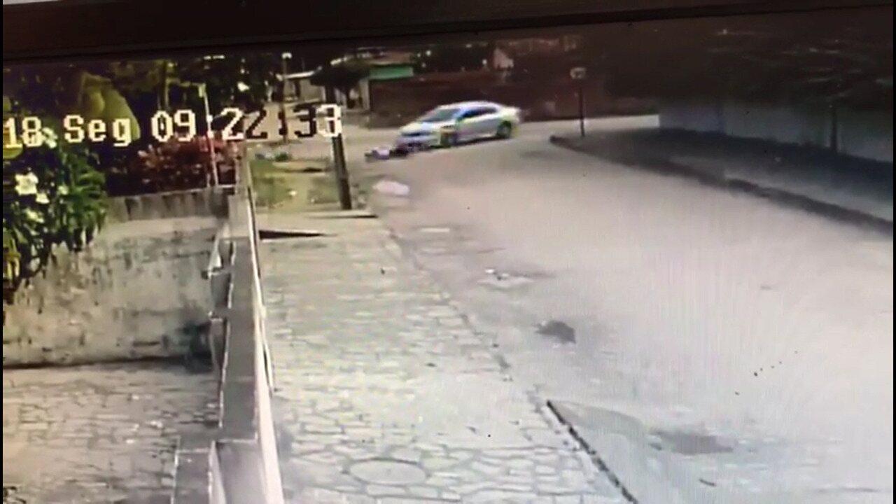 Homem é arremessado de moto após colidir com carro em cruzamento de João Pessoa