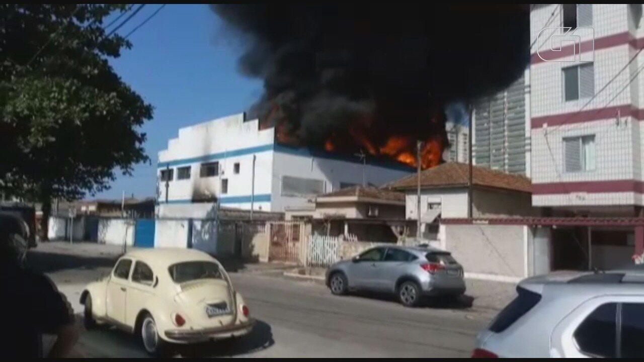 Incêndio de grandes proporções atinge imóvel em Santos