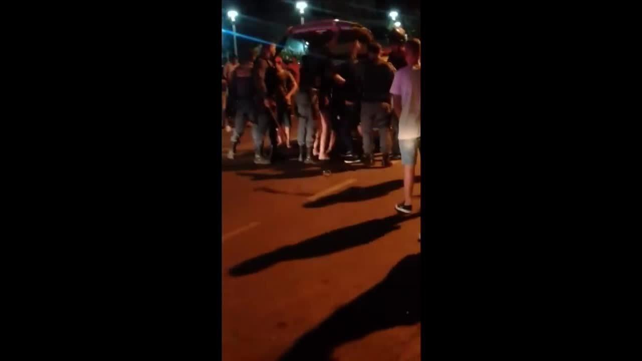 Mulher dá socos em policial que abordou o irmão por som alto em carro e é detida em MT