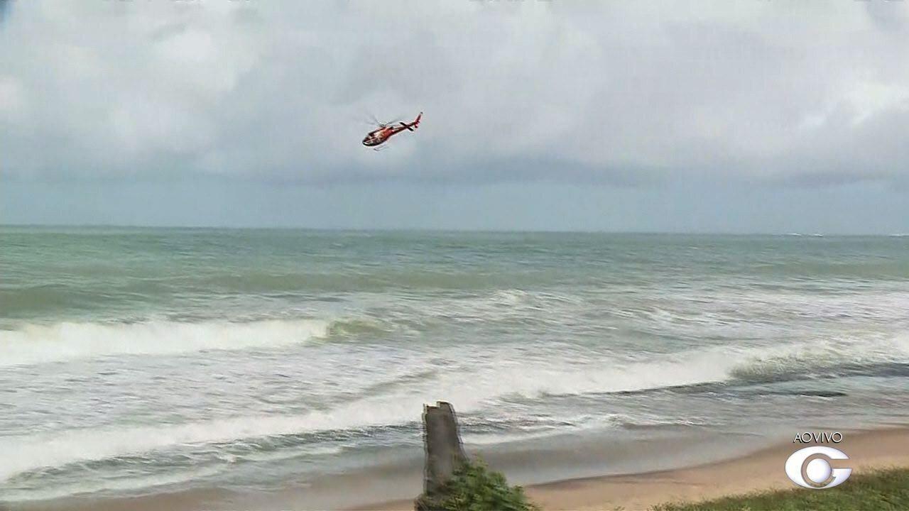Bombeiros fazem buscas por adolescente que desapareceu no mar de Jacarecica, em Maceió
