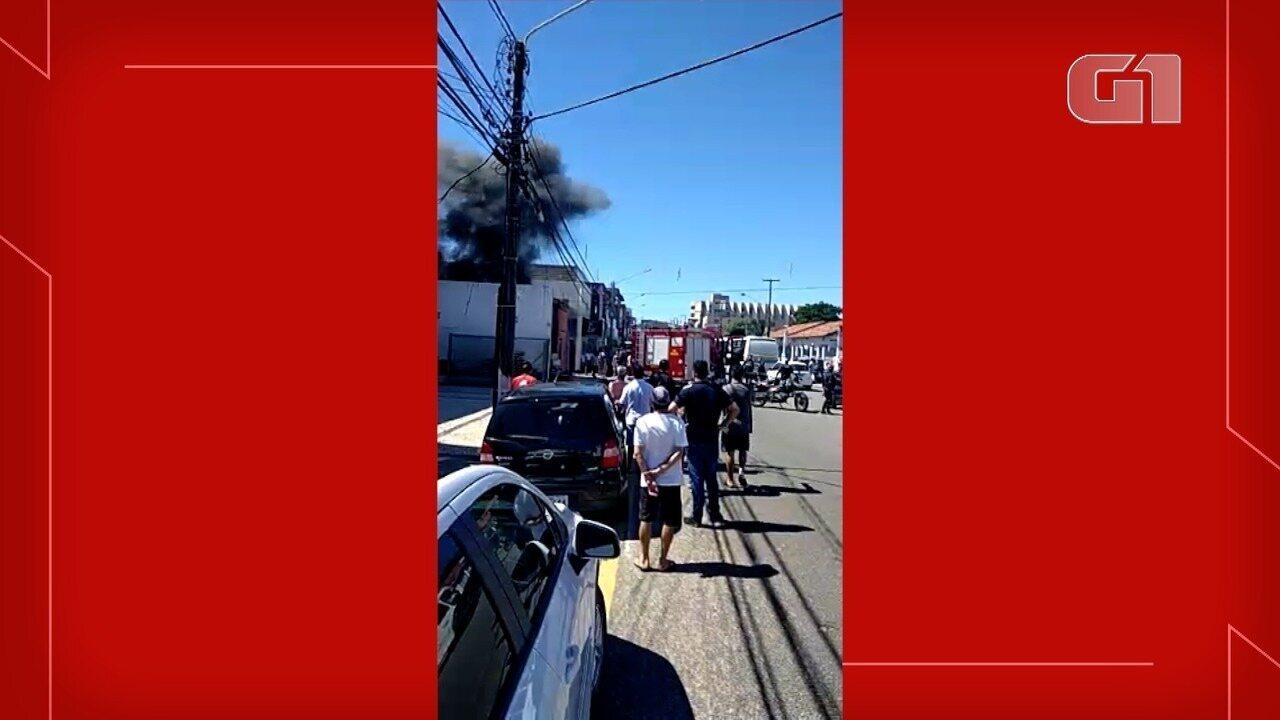 Vídeo mostra incêndio em oficina elétrica no Alecrim, em Natal