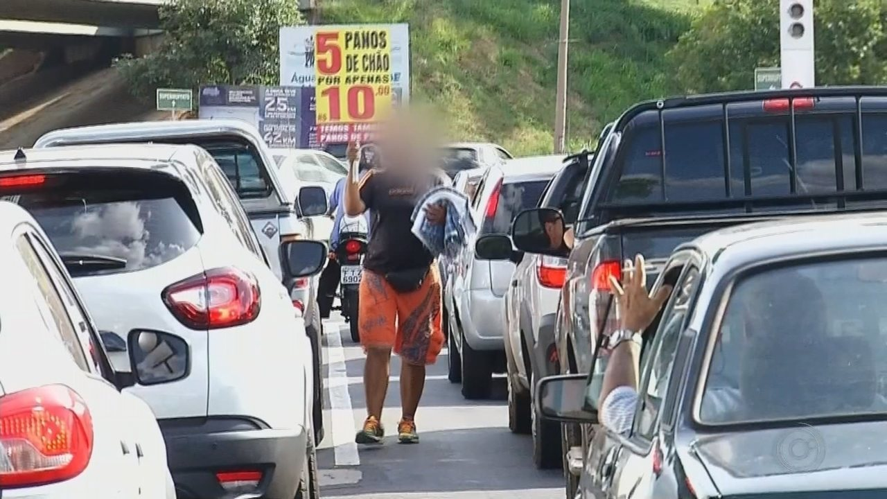 TV TEM mostra esquema de exploração de pessoas que trabalham nos semáforos vendendo panos