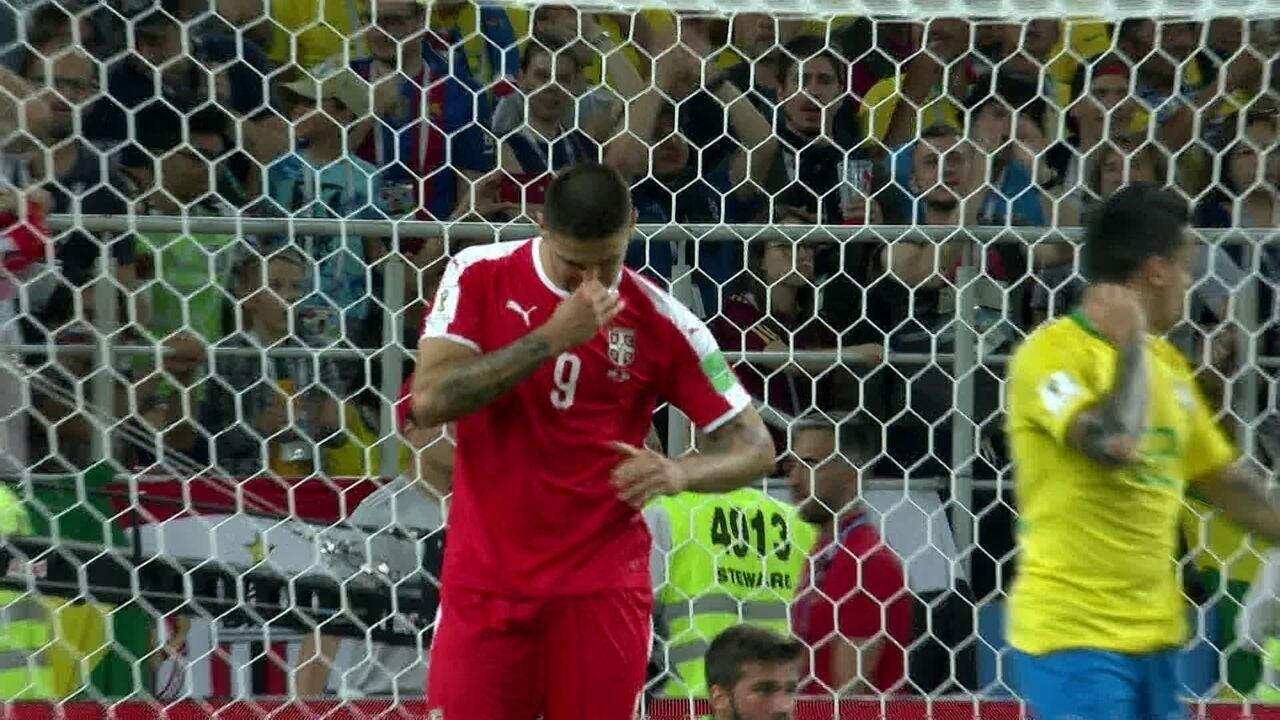 Mitrovic salta bem mais alto que Fagner e cabeceia para boa defesa de Alisson, 19 do 2º