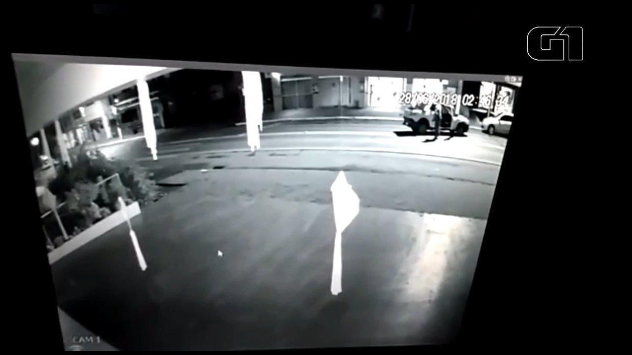 Ladrões tentam arrombar cofre de banco em Nova Esperança do Sudoeste; assista