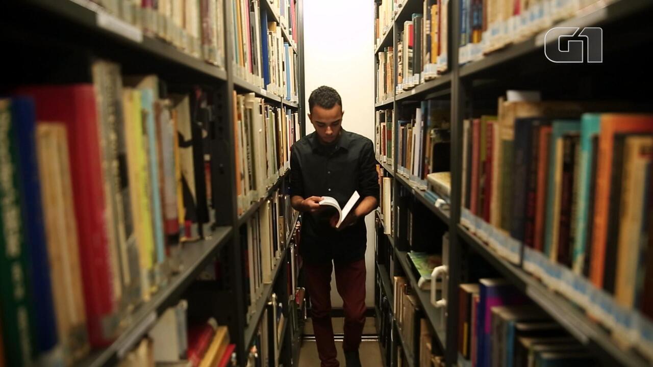 Após casa desmoronar, jovem do Rio ganha a vida escrevendo livros