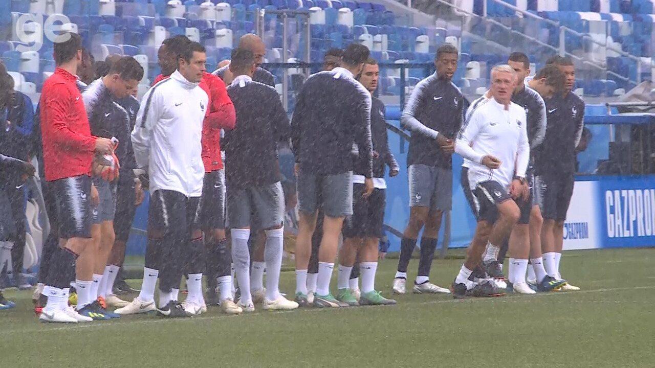 Jogadores da França ameaçam, mas só entram em campo após Deschamps pisar com pé direito