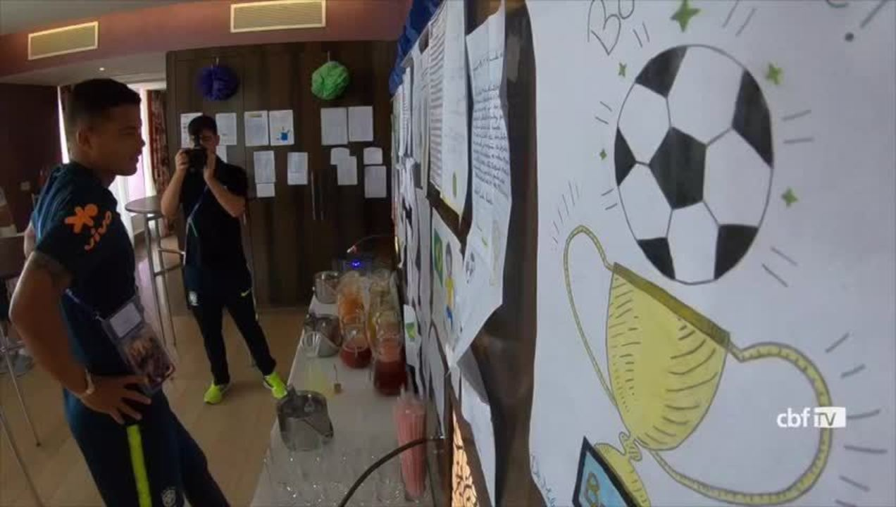 Jogadores da Seleção recebem cartas de crianças brasileiras