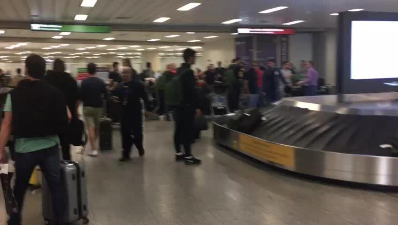 Tite e jogadores da Seleção são aplaudidos em chegada no Rio de Janeiro