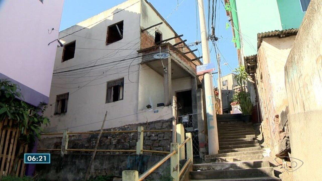 Postes são trocados no bairro São Cristóvão, em Vitória, e fios continuam pendurados