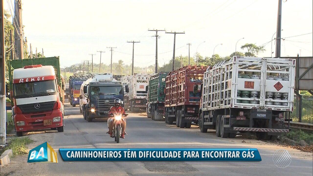 Caminhoneiros e revendedores de gás fazem protesto contra a demora no abastecimento