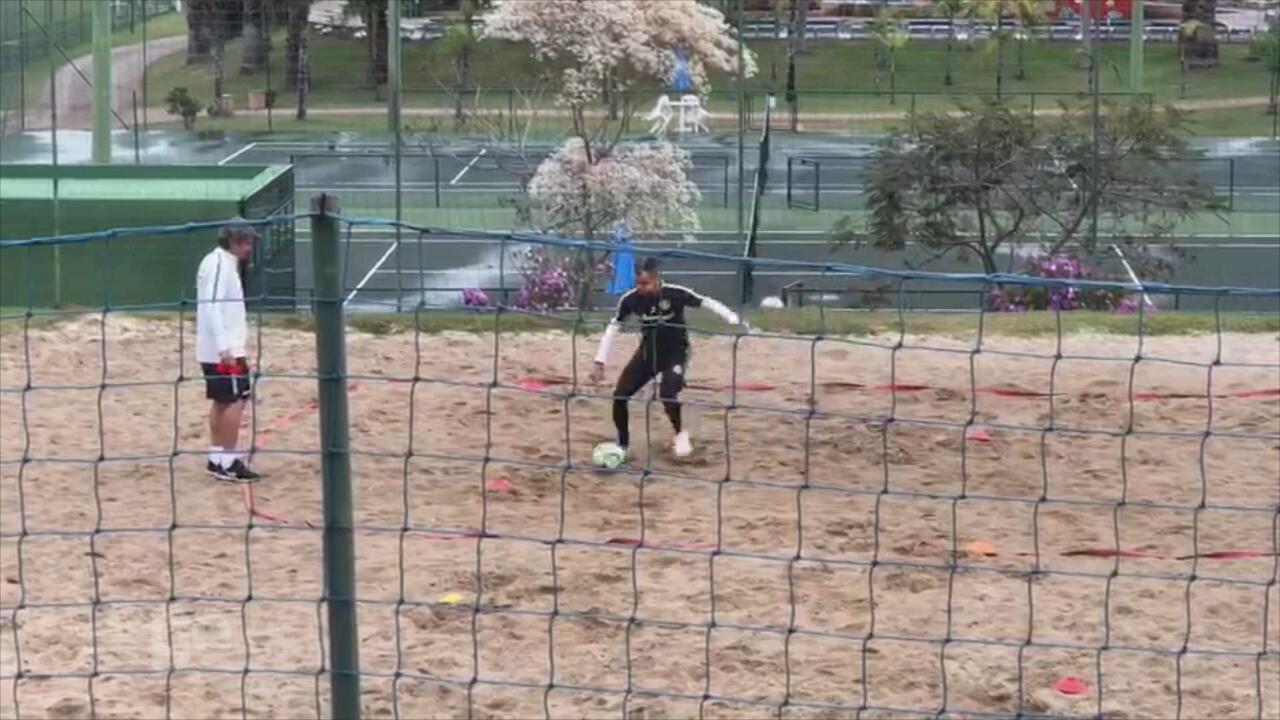 D'Ale treina em quadra de vôlei de praia em Atibaia