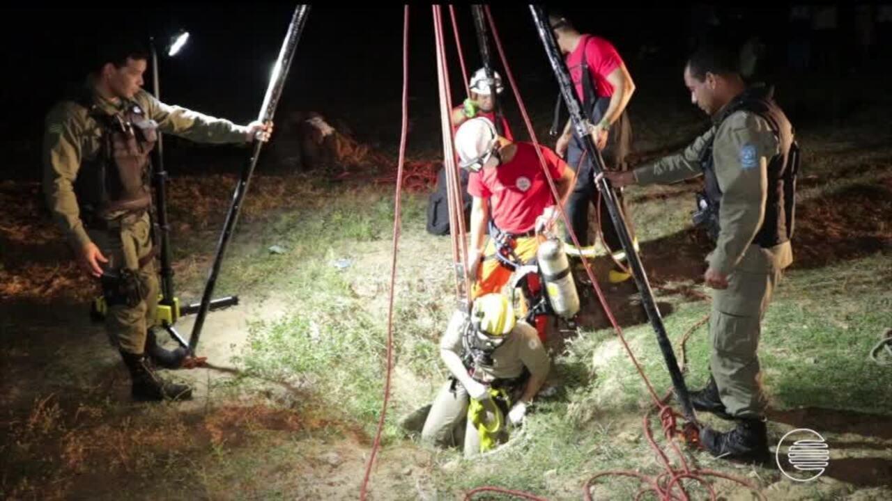 Homem foi encontrado morto num poço e bombeiros fazem resgatam do corpo, em Parnaíba