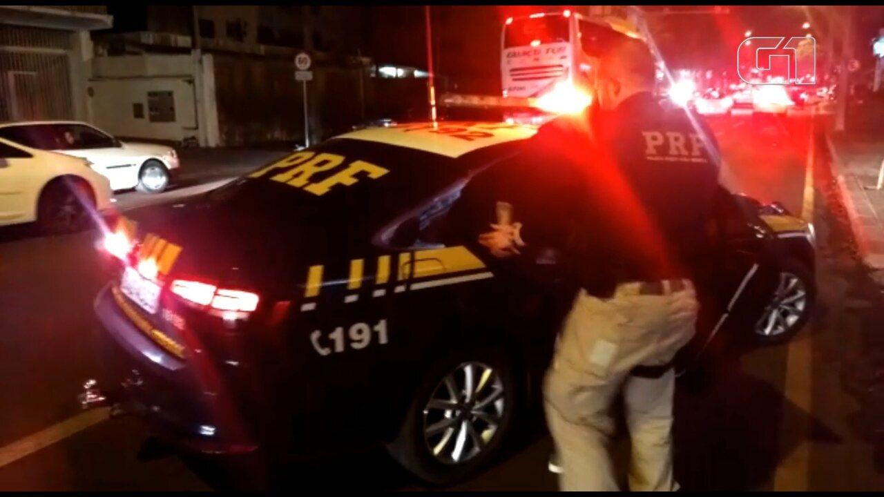 Motorista é preso após fugir de abordagem e causar acidente em Cascavel, diz PRF
