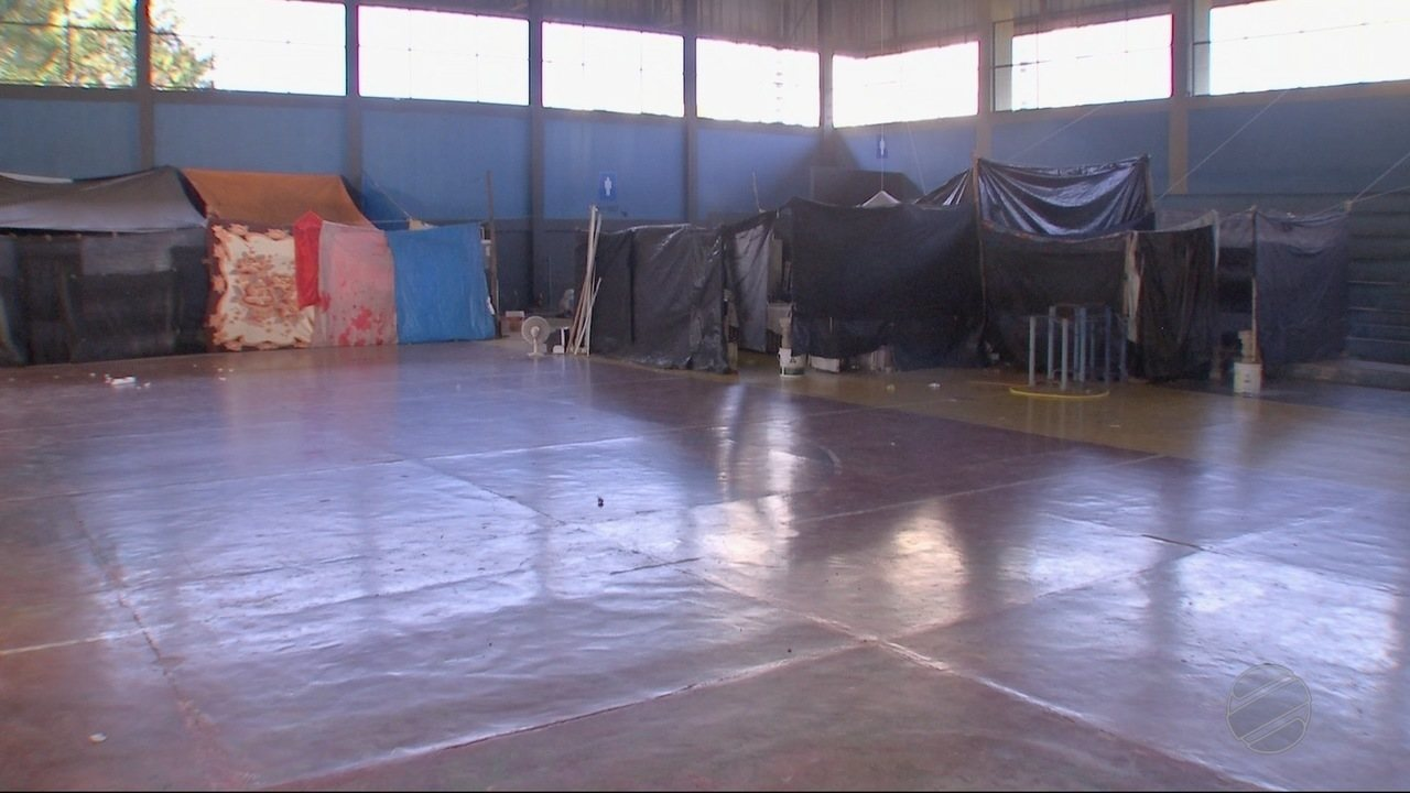 Moradores do ginásio do Quilombo se recusam a ir pra casas alugadas pela prefeitura