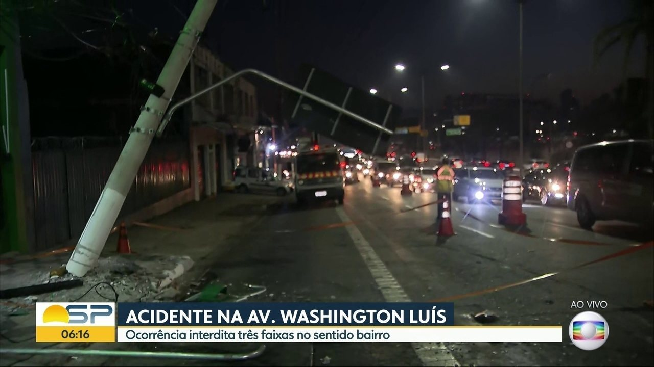 Acidente entre carro e moto entorta poste e interdita 3 faixas da Av. Washington Luís