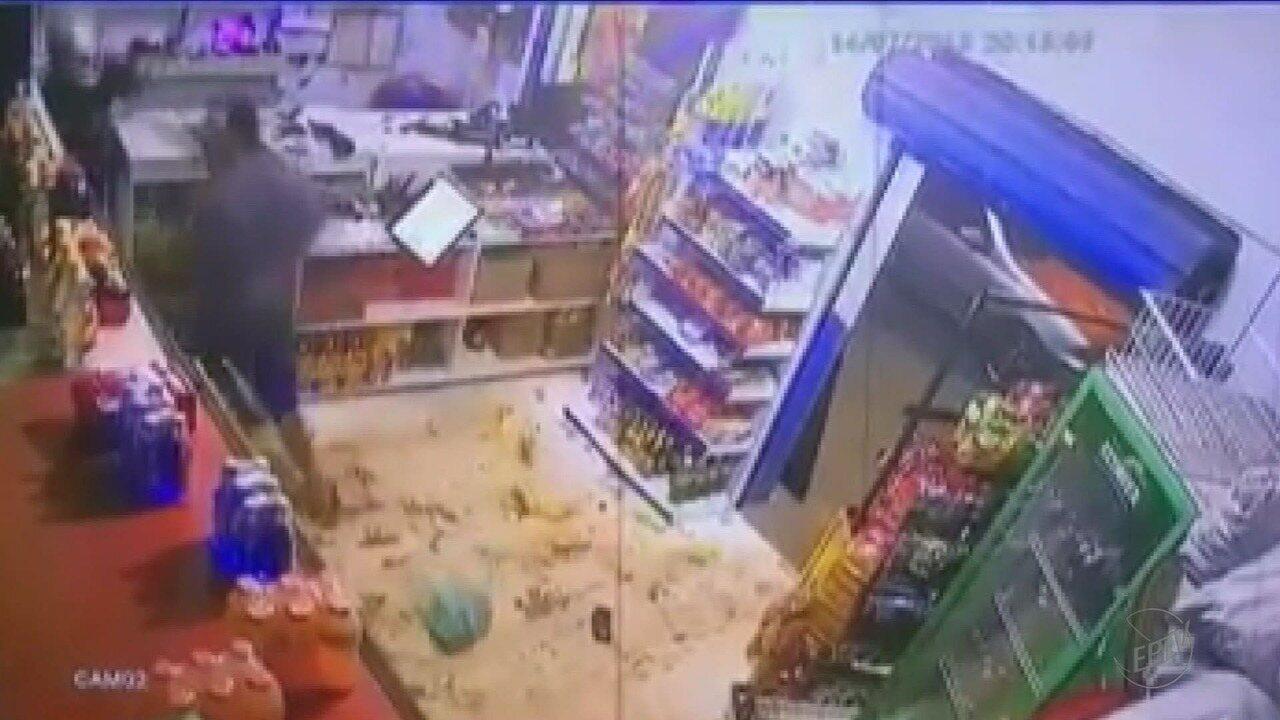 Dono de bar evita assalto ao jogar caixa de cerveja em cima de assaltante em Orlândia, SP