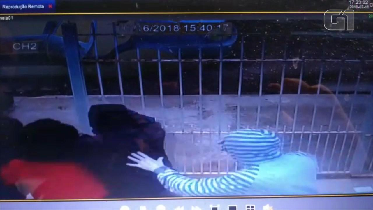 Câmeras de segurança flagram momento do sequestro da mãe do atacante Taison em Pelotas