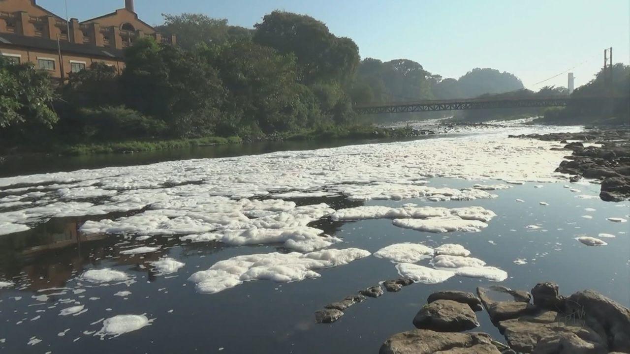 Com a seca, nível do Rio Piracicaba abaixa e poluição fica mais evidente