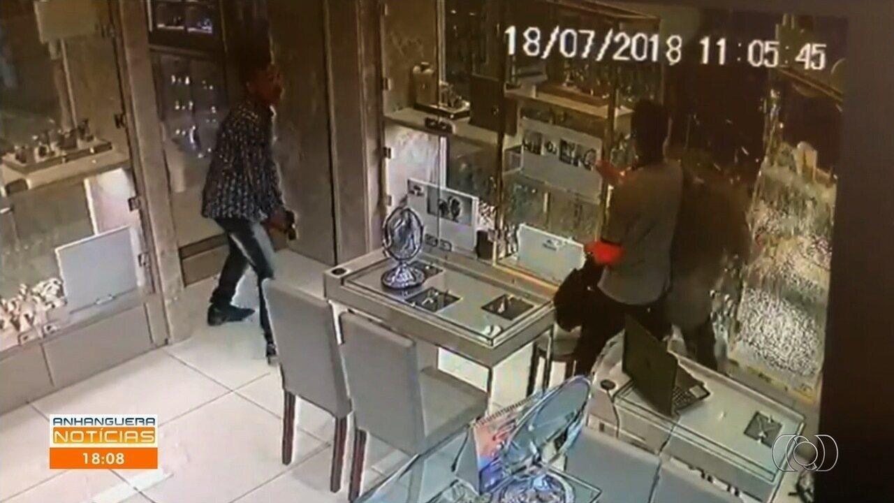 381becf2bf2 Câmeras de segurança mostram ladrões quebrando vitrine em joalheria