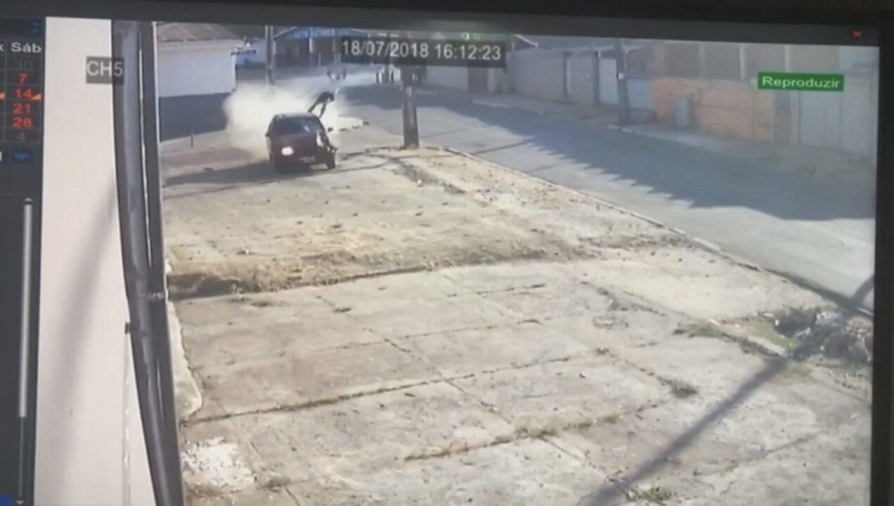 Vídeo mostra momento em que pedestre é lançado após ser atropelado por carro em Rio Branco