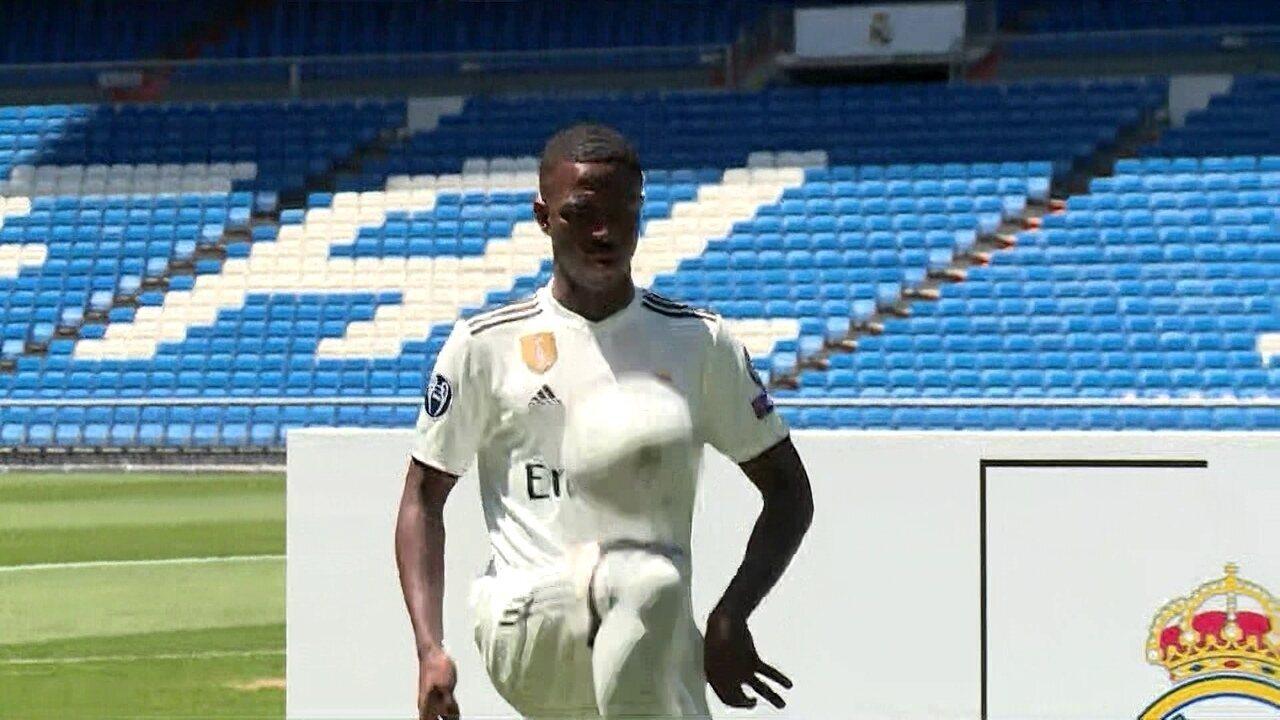 Vinícius Junior veste o uniforme do Real Madrid e faz as tradicionais embaixadinhas